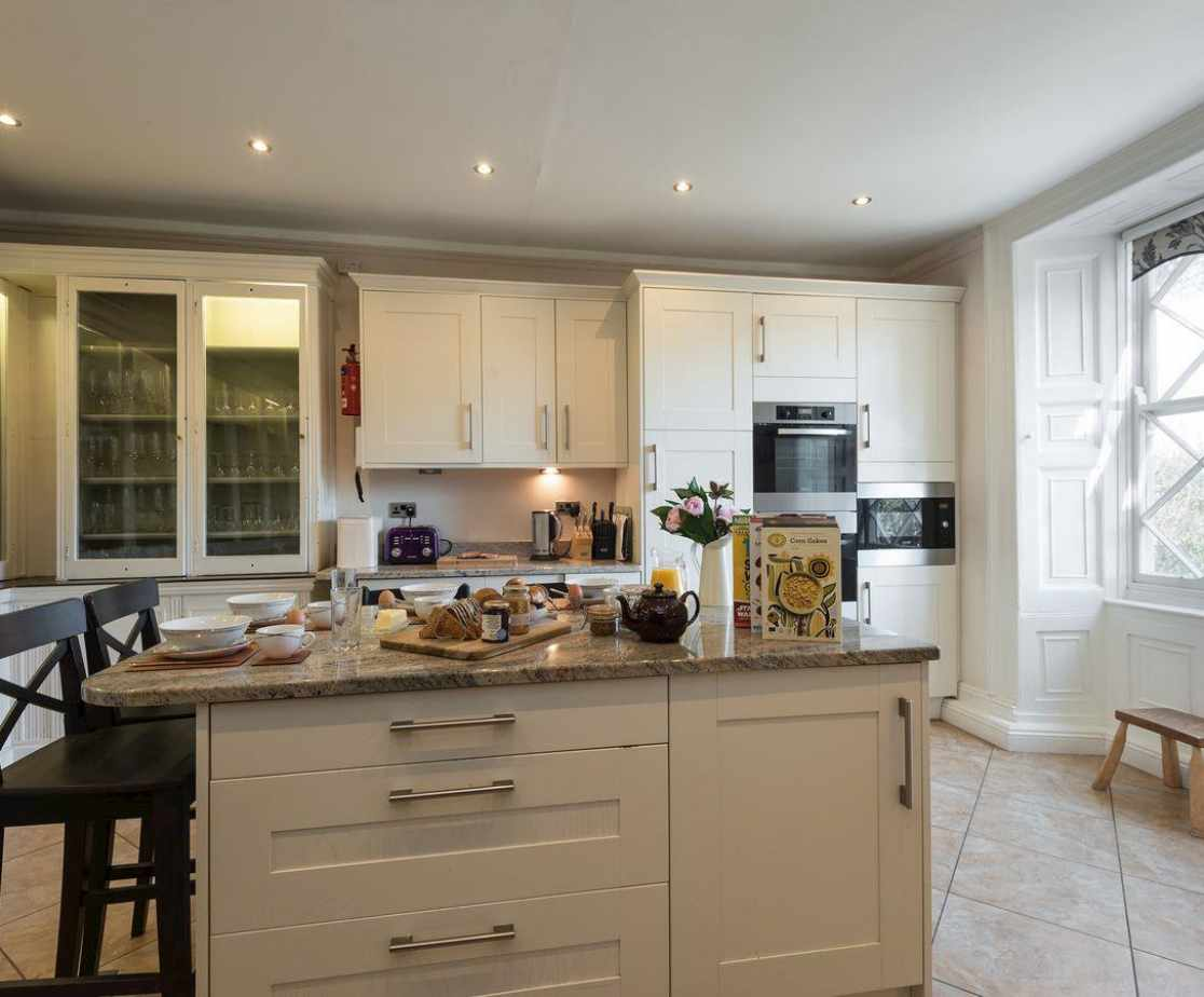 Well equipped kitchen with breakfast area
